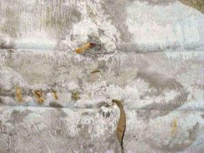 Rembesan air di dak beton meninggalkan belang